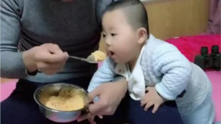 8个月小宝宝不爱吃饭,爸爸无奈使出了这一招,看完忍住别笑!