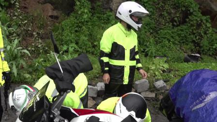 下雨天翻二郎山很危险,山上有落石路也滑,队友摔车了!