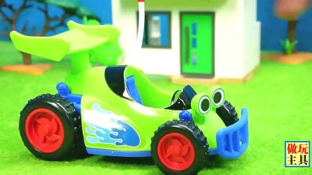 清洁车和儿童消防车在参加任务,我爱汽车玩具