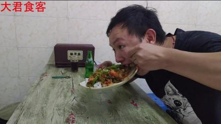 大君吃沙县小吃,一盘青椒肉丝盖饭加一瓶饮料,狼吞虎咽,看饿了