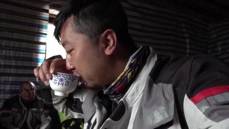 骑行西藏,队员们来到藏族人家喝酥油茶,高原的生存环境的确很具有挑战性!