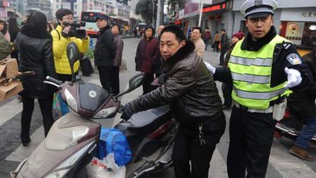 电动车穿红灯被撞,要求机动车赔偿判全责,交警几句话怼的漂亮!