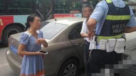 女司机挡救护车出路,众人斥责坚决不让,面对交警罚款:有的是钱,你罚吧