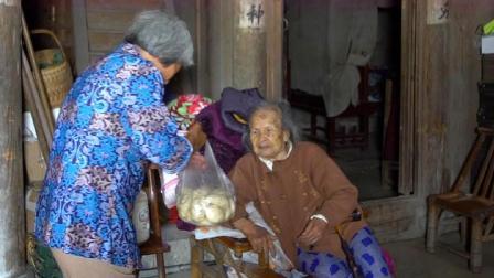 农村96岁老人有6个孩子,小女儿回娘家,看看给老娘带啥吃的