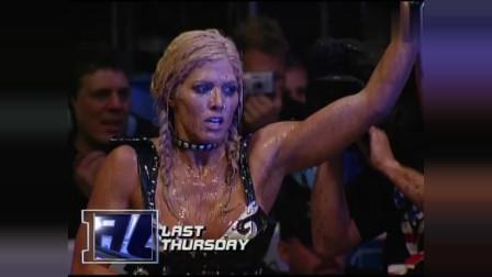 WWE:美女泥浆湿身大战, 不顾形象贴身肉搏, 画面太美不敢看!