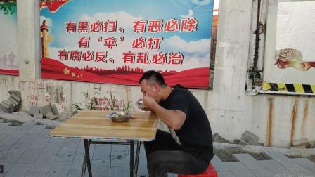 大君路边吃快餐,10元5个菜,米饭免费狂吃2大碗,看懂生活不容易!