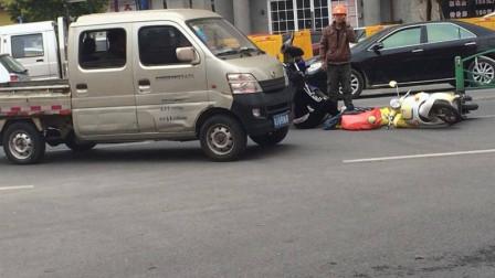 女司机剐蹭摩托车,骑手恶意挑衅怒踹车门,女司机发飙直接撞翻他!