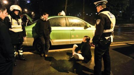 醉酒女坐出租车不给钱,穷有理,还在车上方便,见的哥报警把钱扔地上!