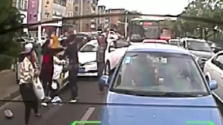 蛮横!电瓶车女司机占道被撞,怒搬起石头就砸车,谁知被老司机教训一顿!