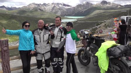 队伍中78岁的老爷子成了川藏线上的明星,很多游客找他合影!