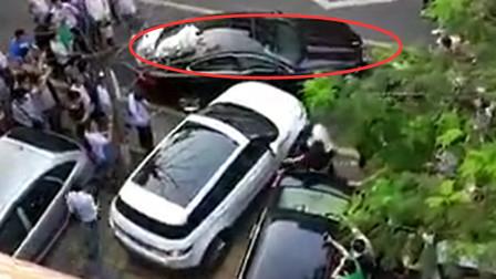 捷豹乱停车,路虎被堵出不来,苦等30分钟不见人,路虎女司机直接开撞!