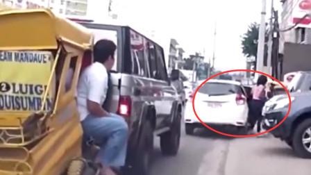 女司机路口乱停车,挡住越野车去路,老司机表示不惯着,朝着屁股撞上去!