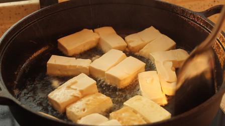 脆皮的香煎豆腐裹上酱汁,放了孜然粉,真的好吃到没有朋友!比肉还受欢迎!