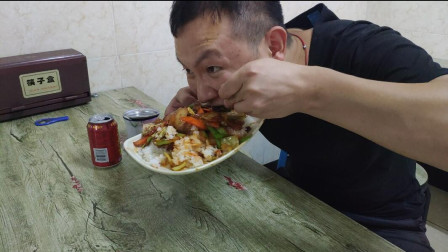 大君吃沙县小吃,一份回锅肉盖饭12元加瓶王老吉,大口吃喝过瘾