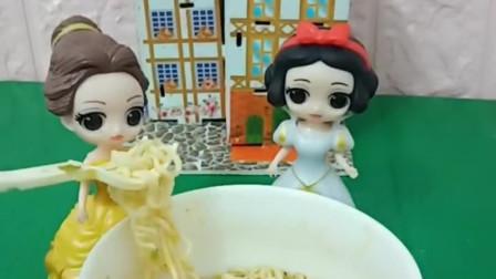 贝儿在吃方便面,白雪也想吃,白雪不小心把方便面全吃了!