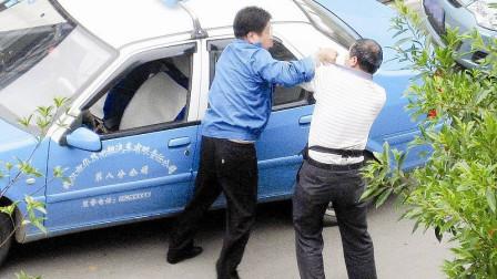 嚣张男碰瓷出租车,张嘴就要1000元,不给钱就揍人,惹怒的哥暴揍一顿!