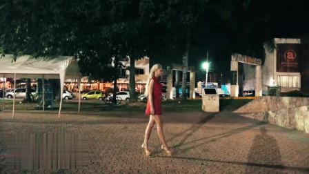 金发小姐姐在广场穿着超高的高跟鞋散步!