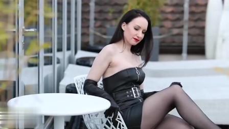 时尚美女博主一身黑色来袭!从室外到室内肤白衣黑鲜明对比!