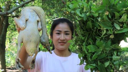 越南农村小媳妇荒野求生,用蒜臼子捣食物,炒熟后吃的很开心