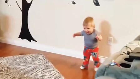 萌娃小可爱们,刚学会走路时,走起路来跌跌撞撞的,好可爱呀