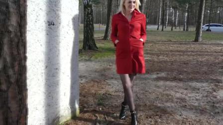 金发美女!红色外套和黑色高跟鞋的完美搭配!