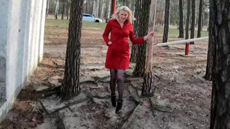 金发美女在户外试穿红色外套和黑色高跟鞋!