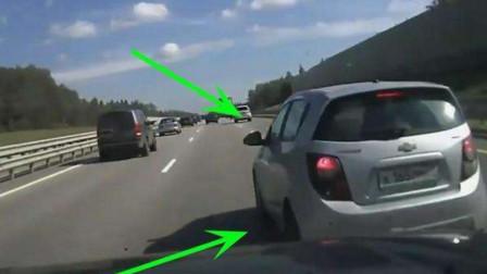惯得!面包车强行加塞,不服后车鸣笛,多次恶意别车,结果被老司机撞翻!