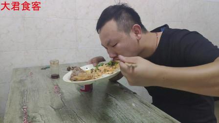 大君吃沙县,点了一份营养套餐加三个豆泡一瓶饮料,大口吃喝,过瘾