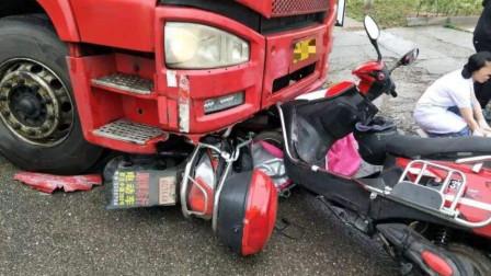 惊险!电瓶车小哥闯红灯,大货车危险时刻甩尾漂移,救了小哥一命!