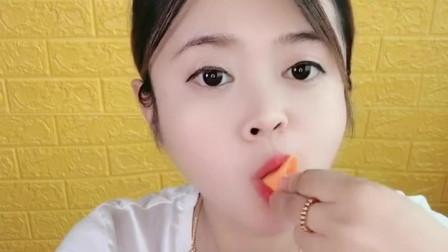 小可爱美女直播吃小鞋子小嘴唇,奇怪让糖果吃不停!太有趣了