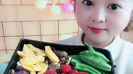 小可爱美女直播吃各种颜色的青菜,馋的宝宝流口水,真好吃!