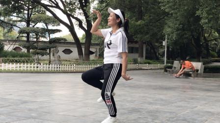 62岁奶奶公园跳《小鸡舞》,自己创作的舞步,搞笑开场