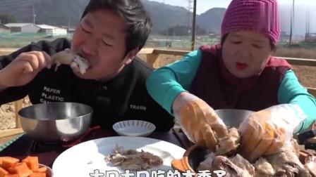 韩国农村家庭的一顿饭,爸爸不在家,妈妈和儿子吃鸡吃的真过瘾