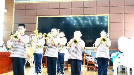 管乐班孩子们练习铜管三声部合奏,《爱我中华》片段