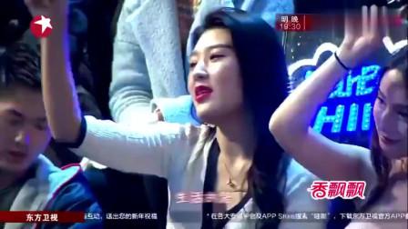 蔡国庆伊丽媛合唱《祝你平安》但我却被那个警花吸引到了