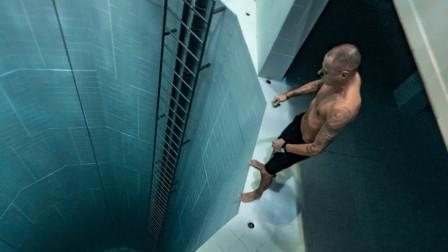 世界最深的泳池,男子挑战无装备跳下,生死早已看淡!