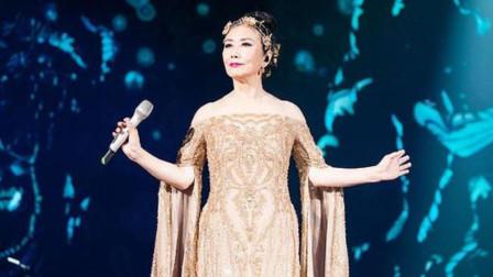 72岁汪明荃演出不小心摔倒,站起身立马献唱,歌声还是那么甜美