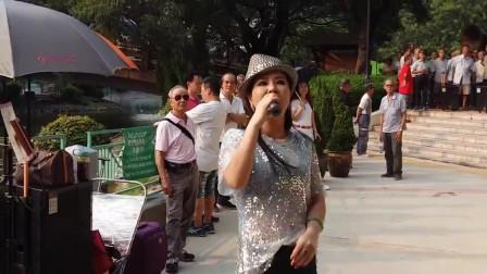 街头人气歌手小红演唱《最炫民族风》歌声高亢好听,不输专业歌手