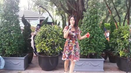 街头艺人小宇演唱一首《我和你》歌声优美动听,吸引路人围观