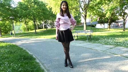 户外公园的印花连裤袜加高跟鞋的时尚穿搭
