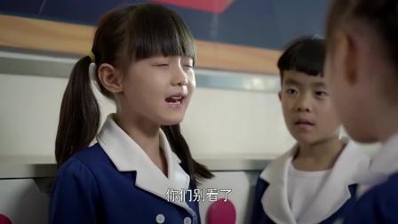 小女孩奖了很多小红花,同学们都羡慕她,可她却一脸不高兴!