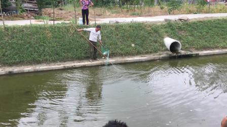 姜还是老的辣,将丝网重重包裹让鱼无法逃脱!