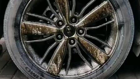 汽车开上两年,车胎就变得陈旧暗淡,不美观,可以用它,一喷一擦,焕然一新