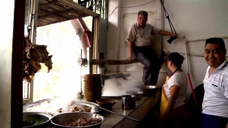 河南大哥卖传统饸饹,雇壮汉屁股压面,生意火爆