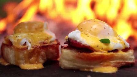 在野外,小伙用面包片、猪肉片加鸡蛋,裹成美味的夹心汉堡