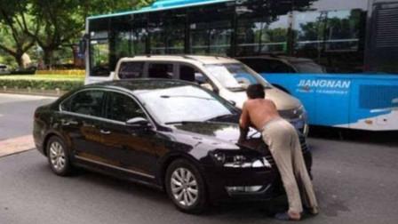 黑社会拦车要钱,挡住大巴不让走,老司机不惯着,油门到底撞上去!