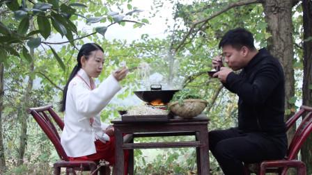 """小夫妻隐居深山,吃一锅""""牛肠子"""",把我看饿了"""