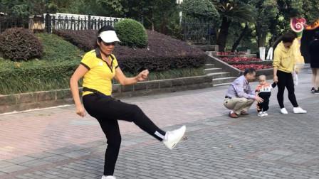 66岁老奶奶也爱鬼步舞,魔性舞步,看完忍不住笑了