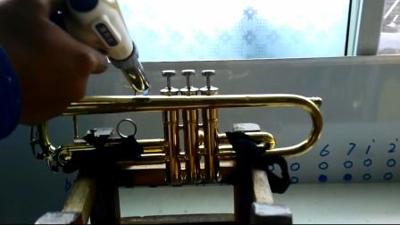 如何使用简单工具修理铜管乐器,小号右手钩子脱焊的维修