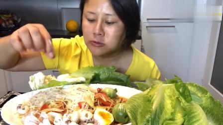 泰国主妇吃播,凉拌米粉海鲜和吃生蔬菜